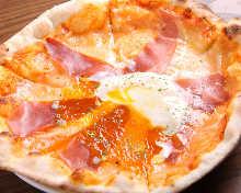 生火腿和半熟蛋披薩