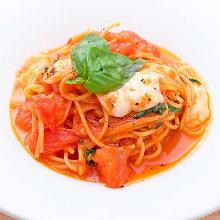 莫札瑞拉起司和羅勒的番茄醬汁義大利麵