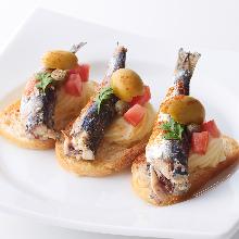 油腌沙丁魚和番茄配義大利烤麵包片