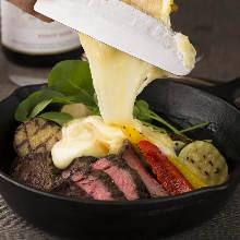 肉和蔬菜拼盤 淋拉可雷特起司