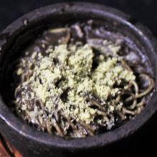 石鍋起司培根義大利麵配黑芝麻