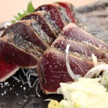 鹽拌稻草燻烤鰹魚切塊拼盤